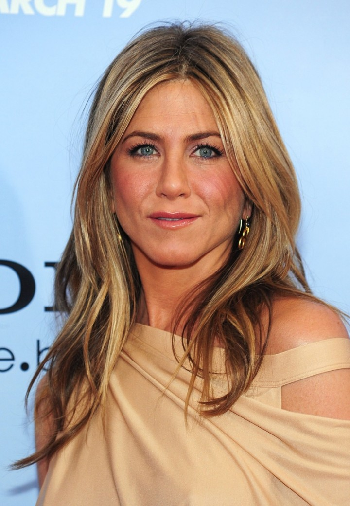 jennifer-aniston-wavy-ends-blonde-highlgihts-hair