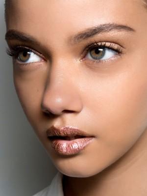 042417-metallic-lipstick-lead